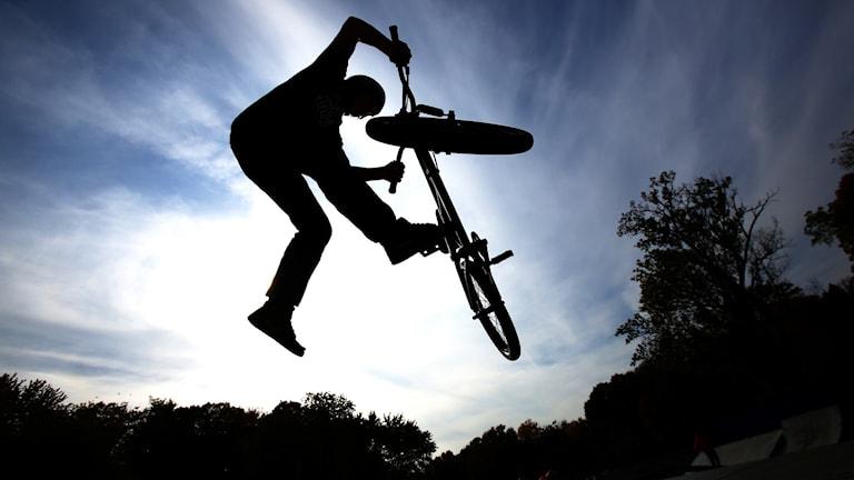 Person hoppar med BMX-cykel