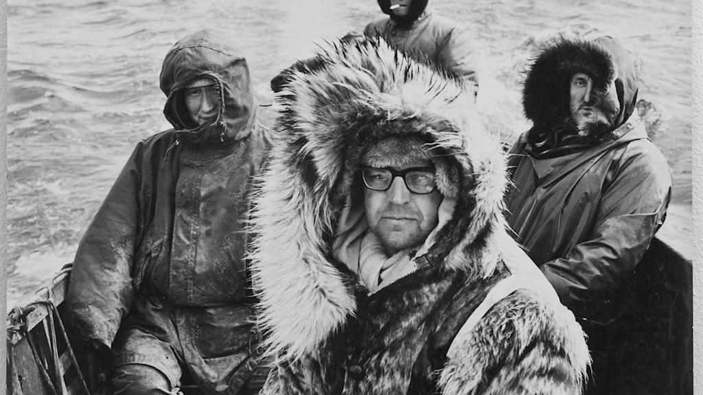 Sven Gillsäter omgiven av kollegor till havs.