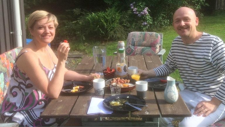 Åsa och Ulf Nomark smakar på P4 Hallands frukost.