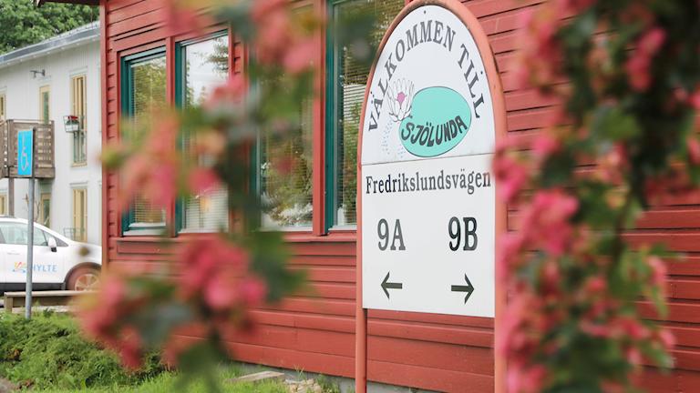 En skylt där det står Välkommen till Sjölunda. Foto: Therese Wahlgren/Sveriges Radio.