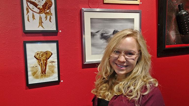 Miranda Karnert, en av 158 amatörkonstnärer på Amatörsalongen. Foto: Jonna Burén/Sveriges Radio