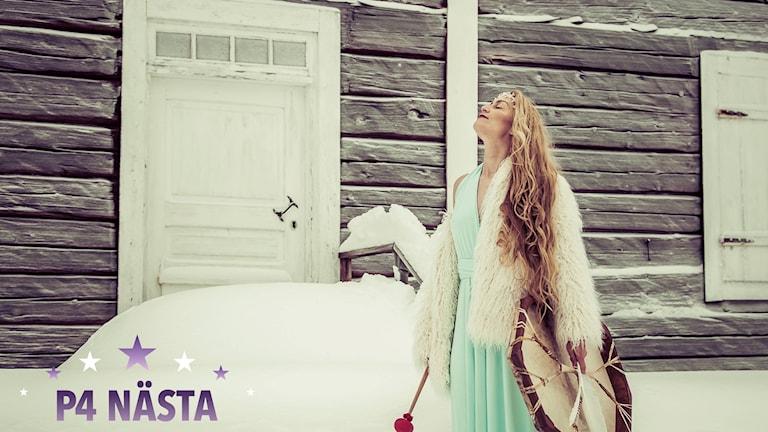 Anna Vild framför låten Svalors hemlighet i årets upplaga av P4 Nästa.