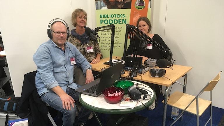 Ljudtekniker Jan Severinsson, bibliotekarie Elisabeth Skog och Jeanette Malm.