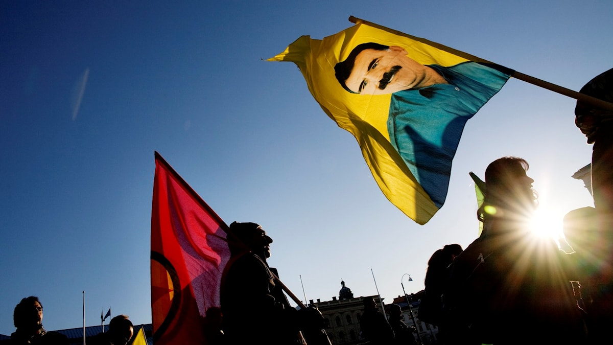 Demonstration i Göteborg med Abdullah Öcalan på en flagga.
