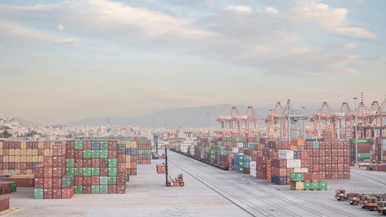 Förra året blev det statsägda kinesiska bolaget COSCO majoritetsägare i en av Europas största hamnar – Piraeushamnen utanför Greklands huvudstad Aten.