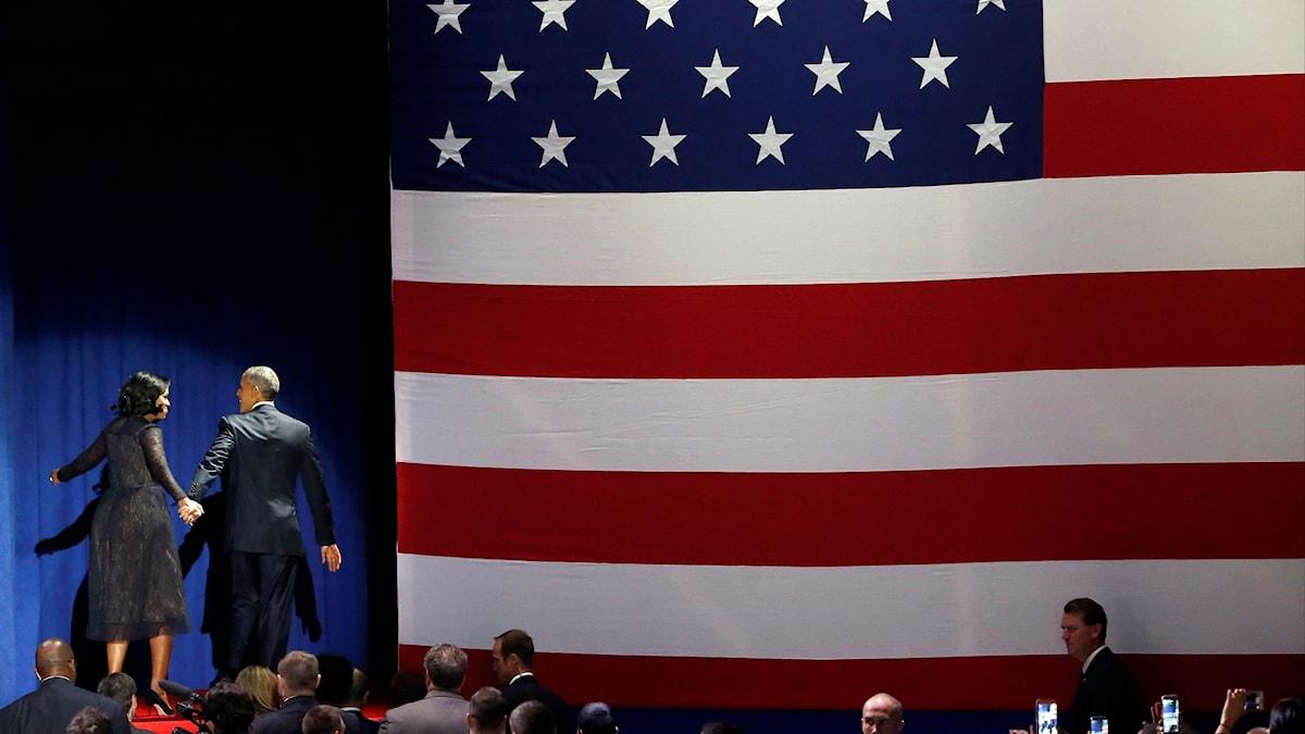 President Barack Obama och Michelle Obama lämnar scenen efter avskedstalet i Chicago.