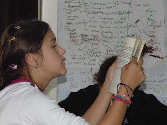 Romska Larissa i fattiga Bukarestförorten Ferentari får extraundervisning tack vare en frivilligorganisation. Foto: Calin Cosmaciuc.