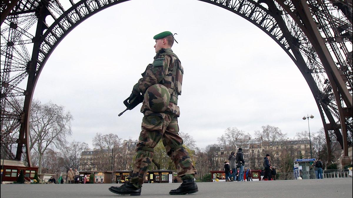 En fransk soldat bevakar Eiffeltornet efter attacken mot tidskriften Charlie Hebdo. Foto: Scanpix