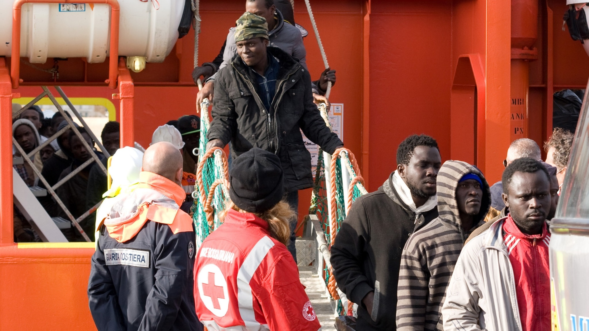 Migranter stiger iland på den italienska ön Lampedusa. Foto: TT.