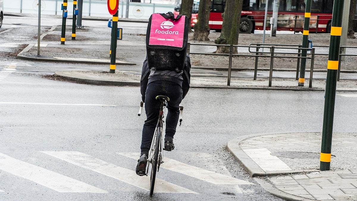 Cykelbud för matleverenser. Personen på bilden har inget med reportaget att göra. Foto: Lars Pehrson/TT
