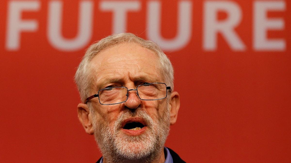 Jeremy Corbyn håller tal efter att han nyss valts till brittiska Labours nya partiledare. Foto: TT