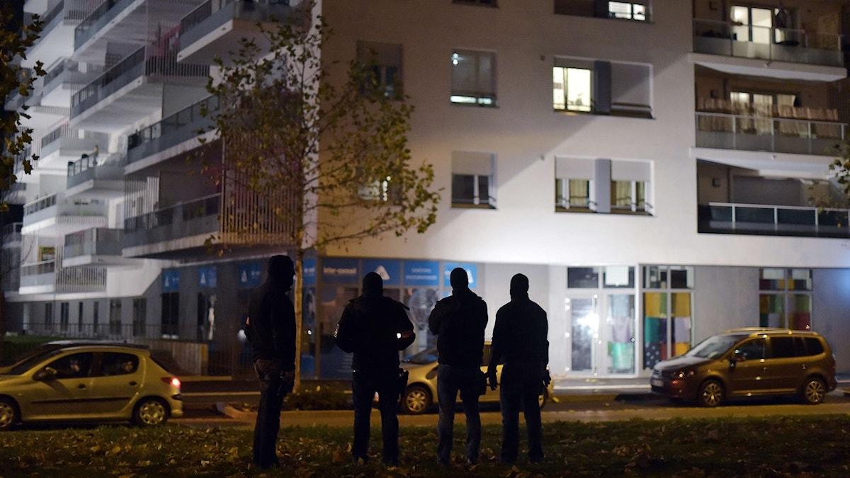 Poliser utanför ett hus i Strasbourg efter terrordåden i Paris i november 2015. Foto: Scanpix
