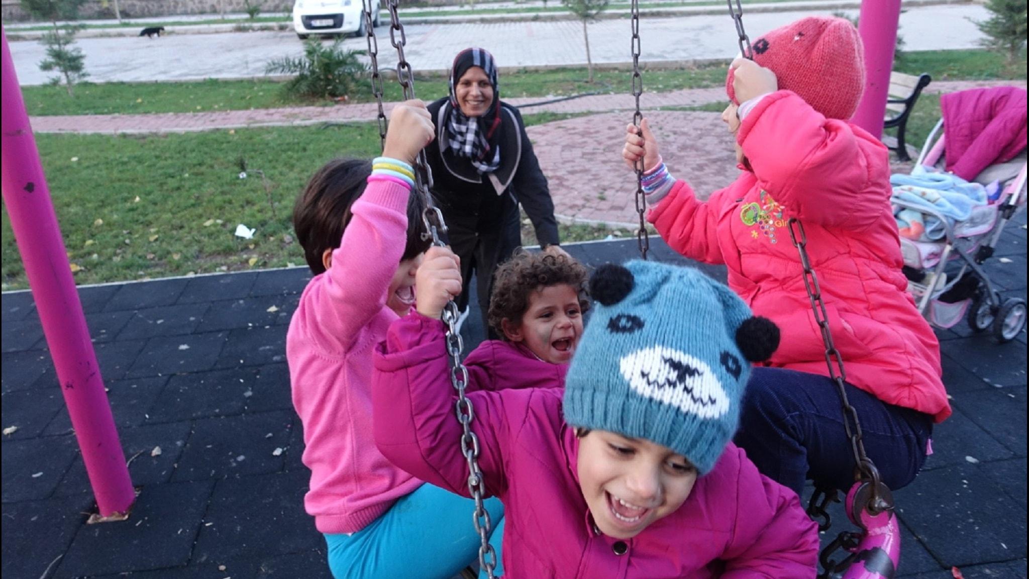 Syriska Maha med fyra av sina sex barn på en lekplats i turkiska Izmir. Foto: Tomas Thorén/SR
