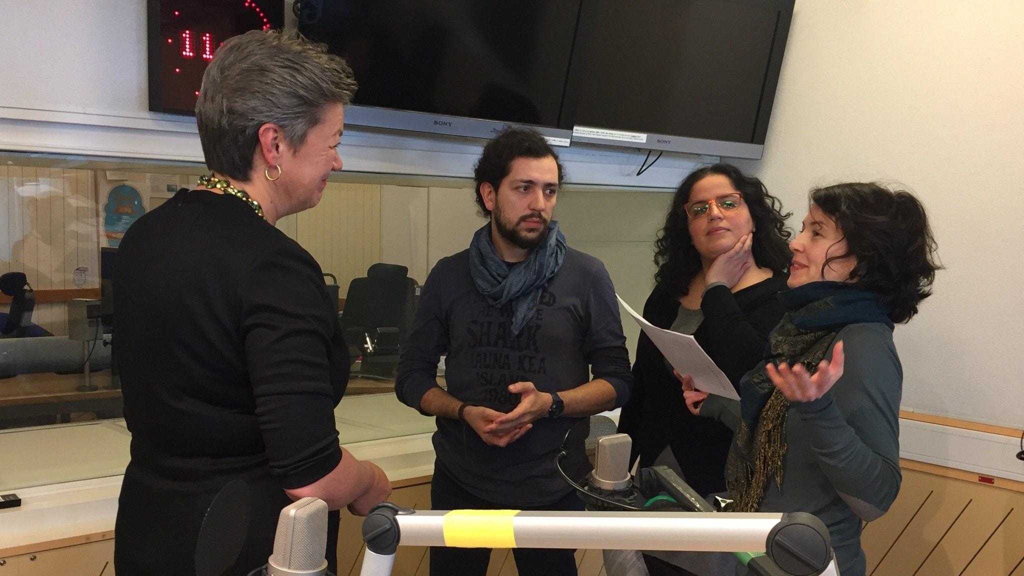 Arbetsmarknadsminister Ylva Johansson (S) intervjuas av de syriska journalisterna  Ibrahim Muhanna, May Alekhtyar och Satanay Doughouz.