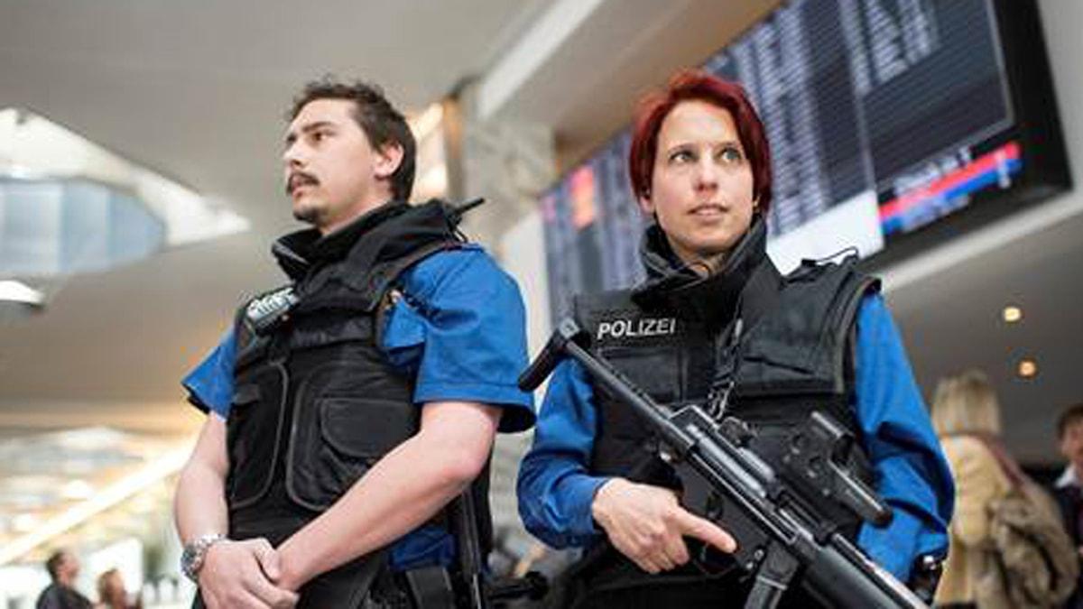 Poliser vaktar flygplatsen i Zurich efter terrordåden i Bryssel.