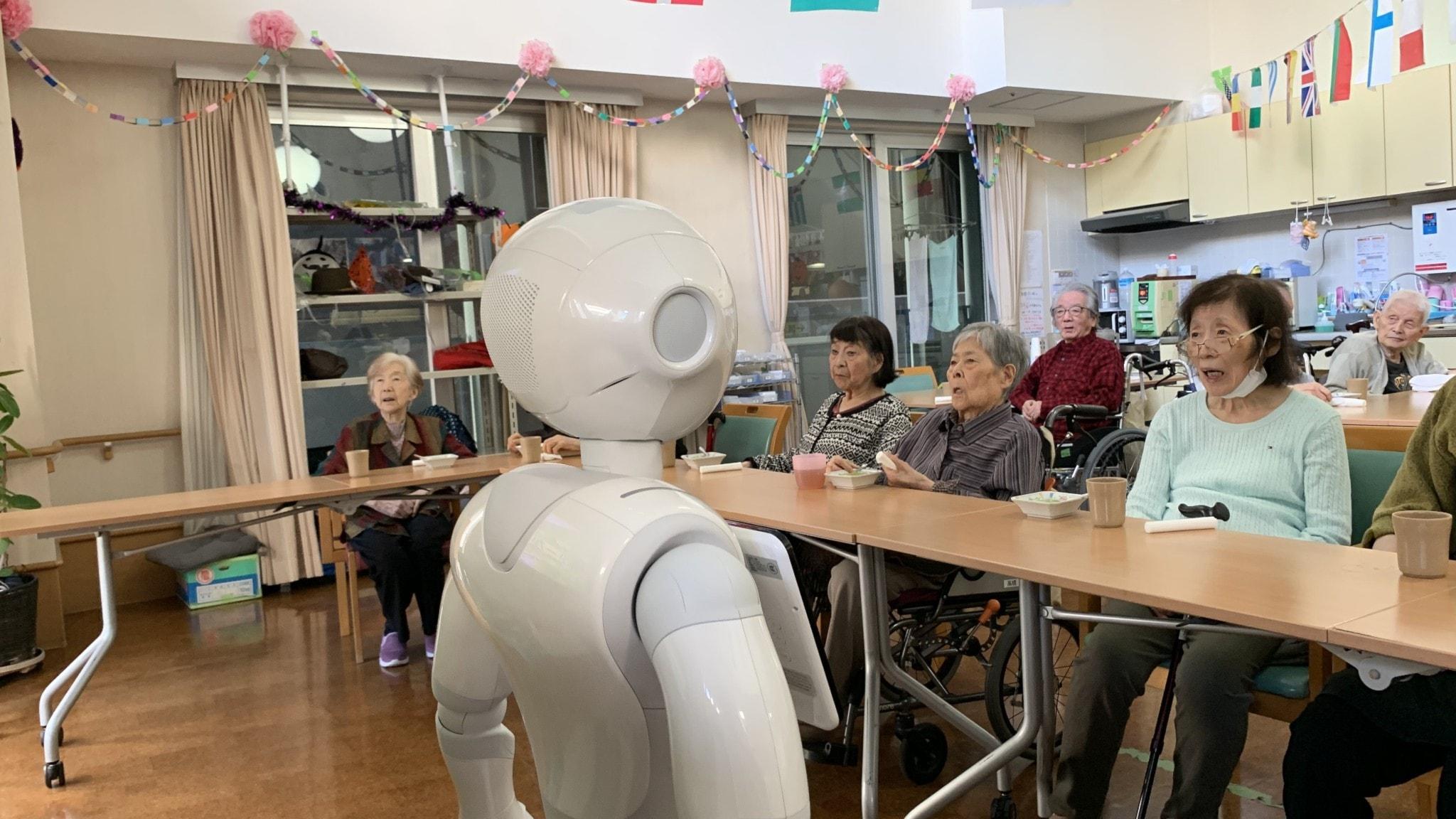 Roboten Pepper leder allsång på Shintomis äldreboende i Japan.