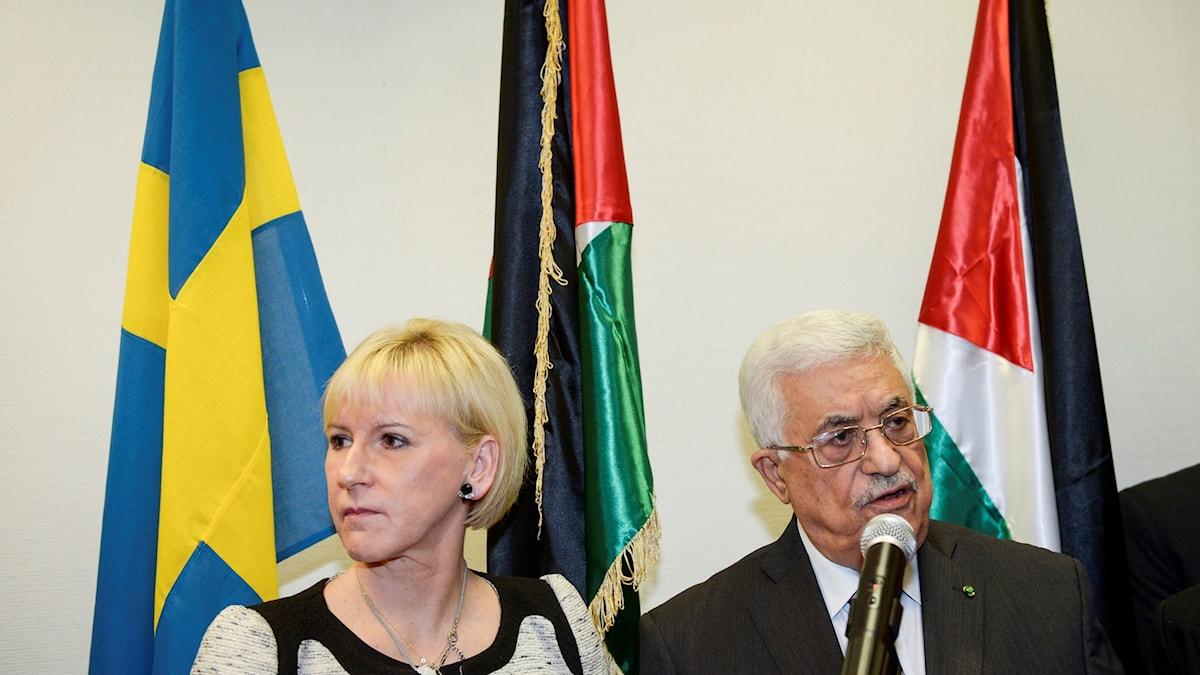 Utrikesminister Margot Wallström (S) deltar då  Palestinas president Mahmoud Abbas (th) inviger Palestinas ambassad i Stockholm.