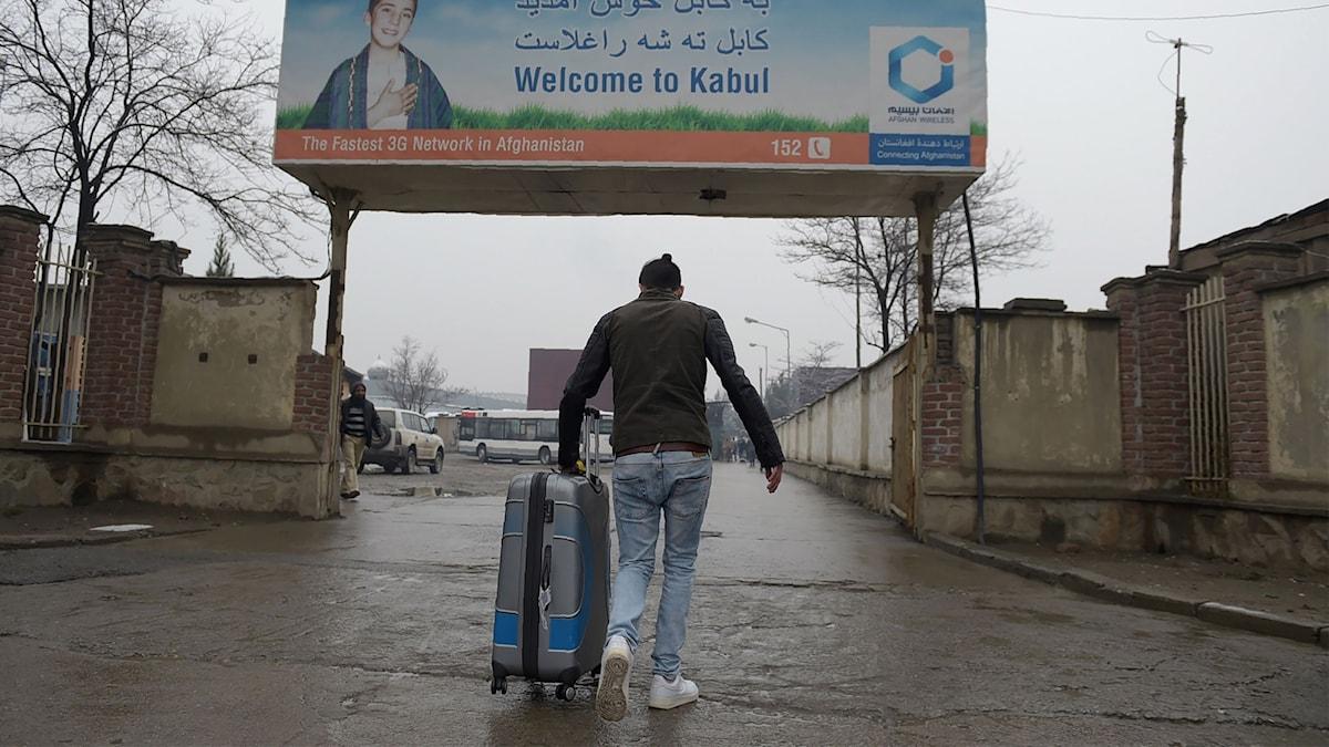 En afghansk flykting som tillsammans med 25 andra utvisats från Tyskland anländer till flygplatsen i Kabul.