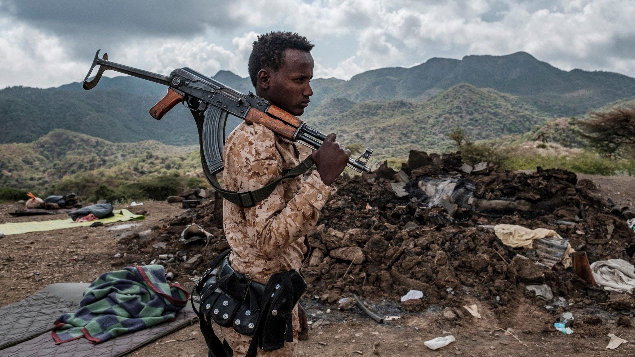 Regeringsallierad soldat vid ett hus som förstörts i strider mellan regeringstrupper och TPLF i utkanten av byn Bisober i Tigray-regionen.