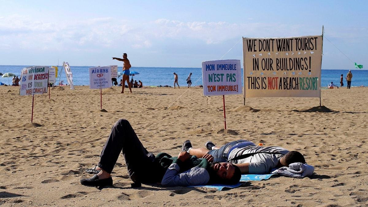 Protest mot turismen på stranden i Barcelona 2017.