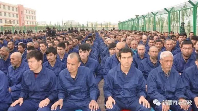 Bild från vad som uppges vara ett omskolningsläger i Xinjiang. Hämtad ur Human Rights Watchs rapport från regionen.