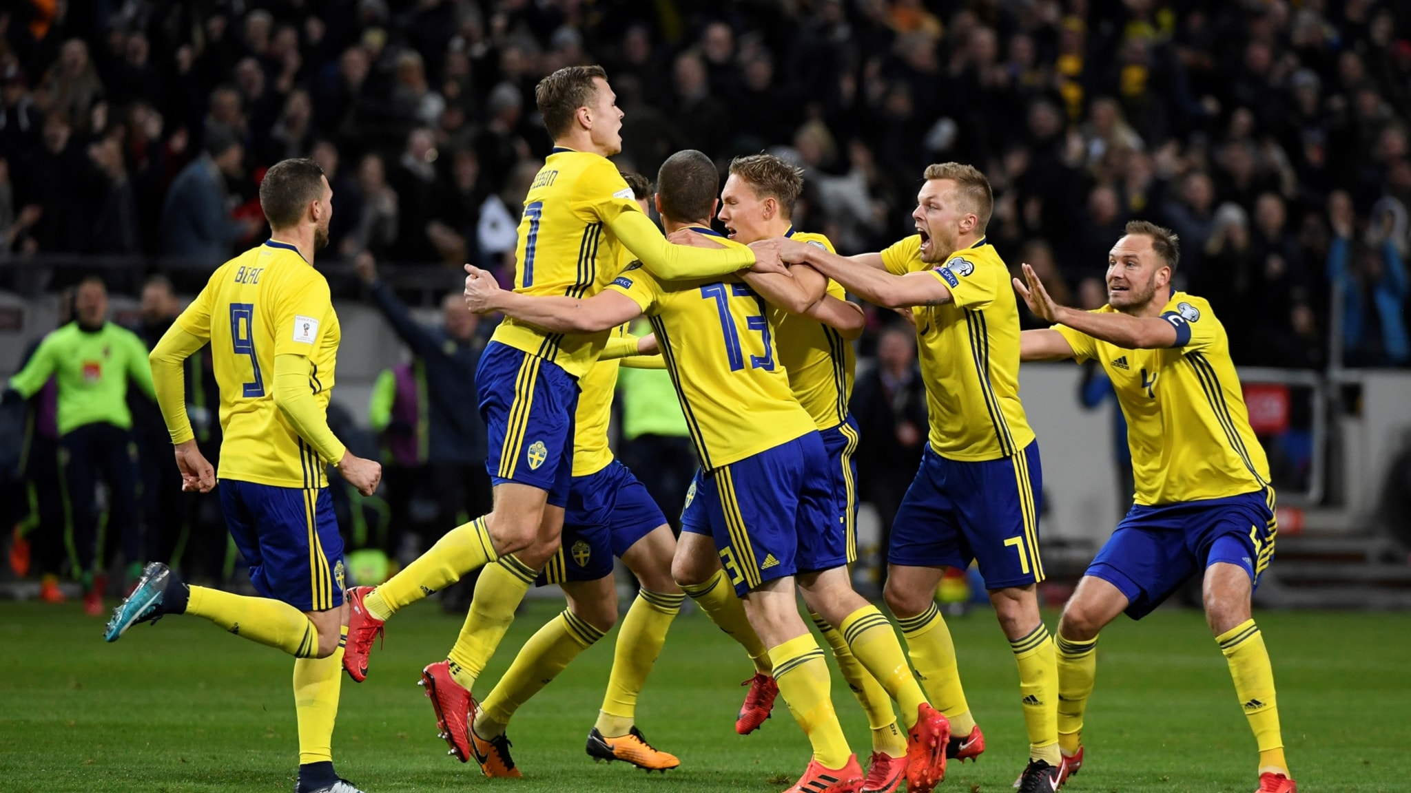 Sveriges Jakob Johansson grattas efter 1-0 målet under fredagens VM-kvalmatch i fotboll mellan Sverige och Italien på Friends Arena.