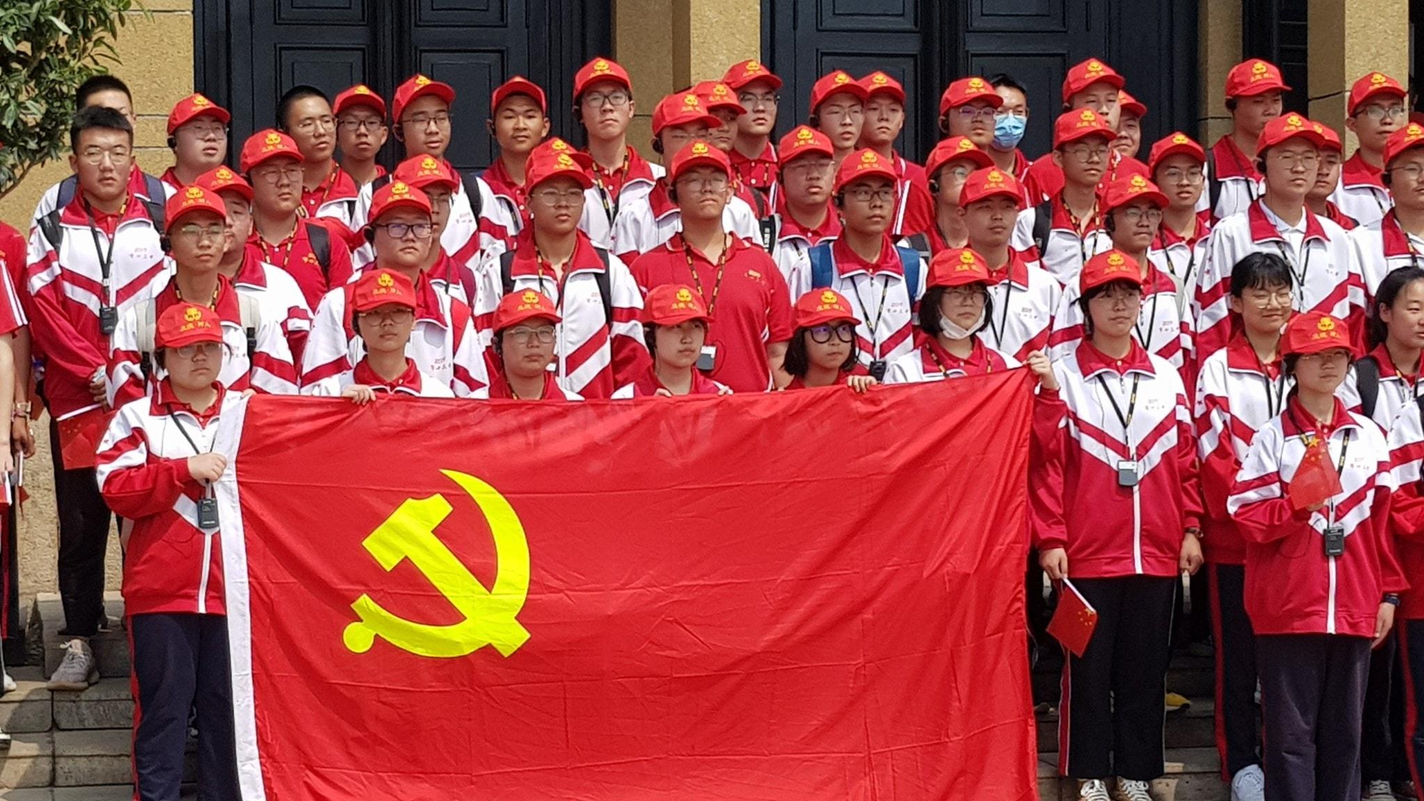 Gymnasieelever i Xibaipo inför firandet av att det kinesiska kommunistpartiet fyller 100 år.