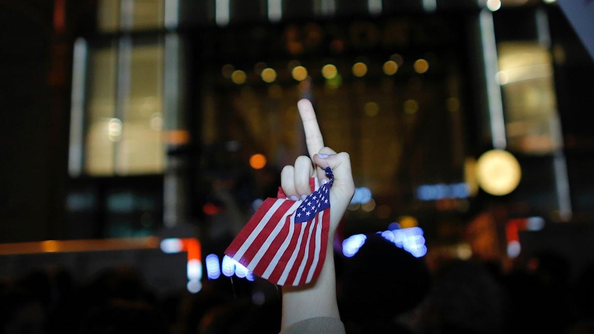Amerikansk flagga och långfingret efter Trump-seger.