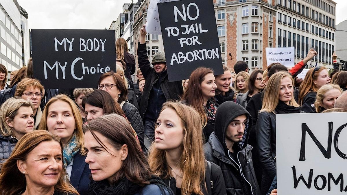 Kvinnor från polen demonstrerar i Bryssel för sin rätt till abort.