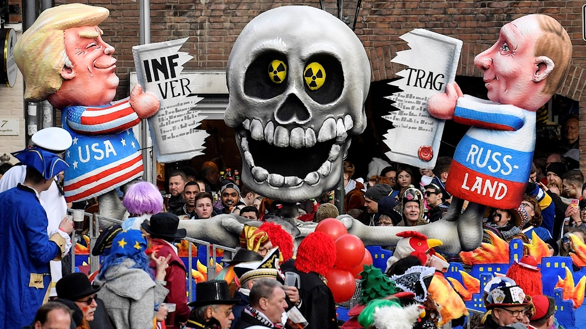 A carnival float depicts Donald Trump and Vladimir Putin cutting the INF Treaty during to the traditional carnival parade in Duesseldorf, Germany