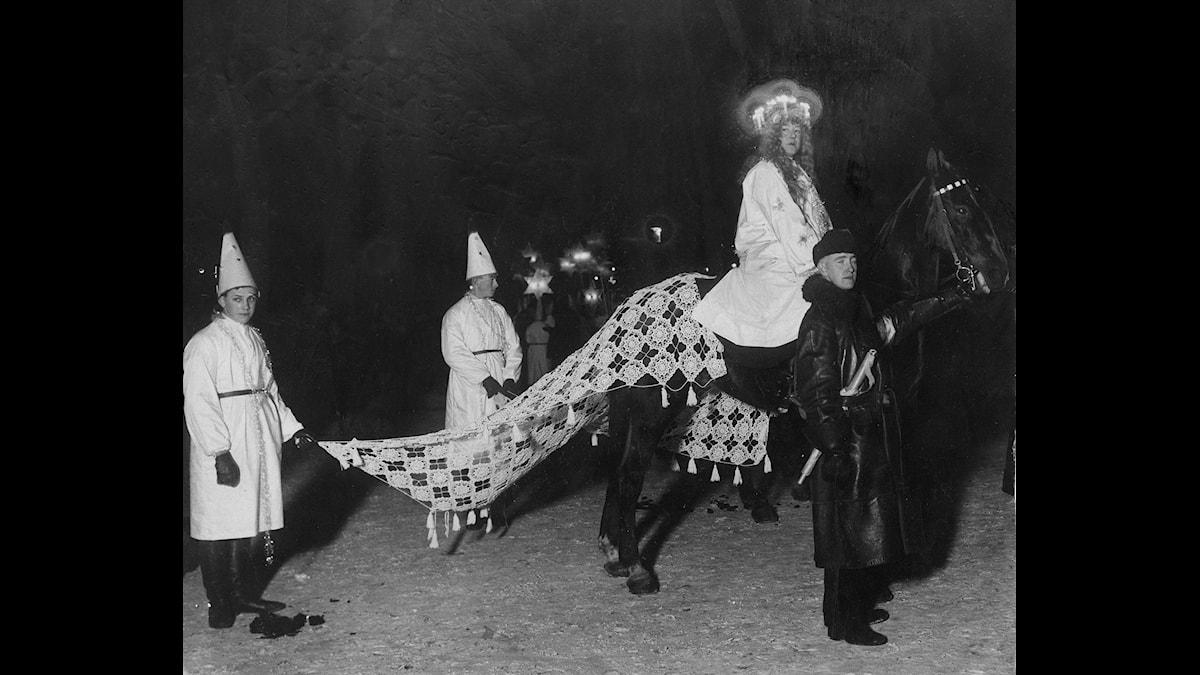 När traditionen med offentliga Luciatåg började spridas under början av 1900-talet såg de inte alltid ut som våra dagars Luciatåg. (Foto: TT)