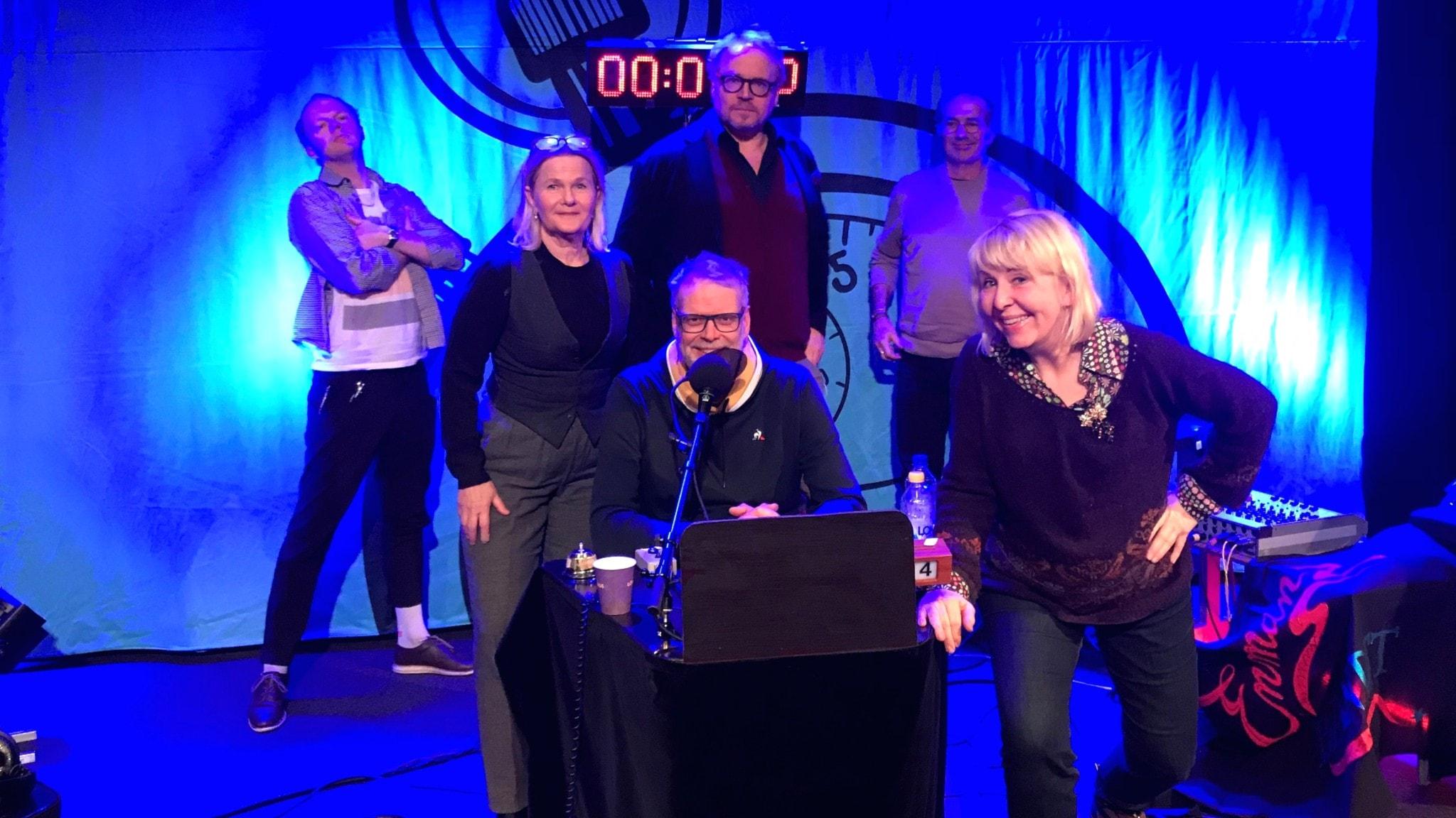Några av de medverkande i På minuten: Hans Rosenfeldt, Pia Johansson, Olof Wretling, Sissela Kyle, Fredrik Lindström, Erland von Heijne.