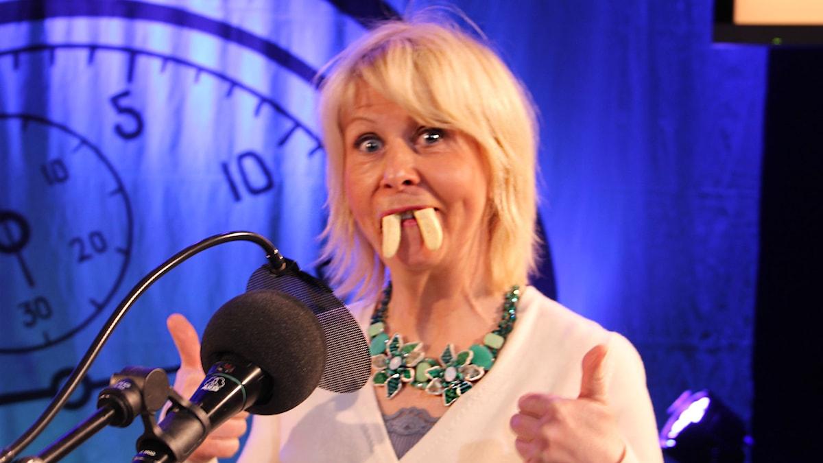 Pia Johansson med skumbananer i munnen. Foto: Stina Ericsson /Sveriges Radio