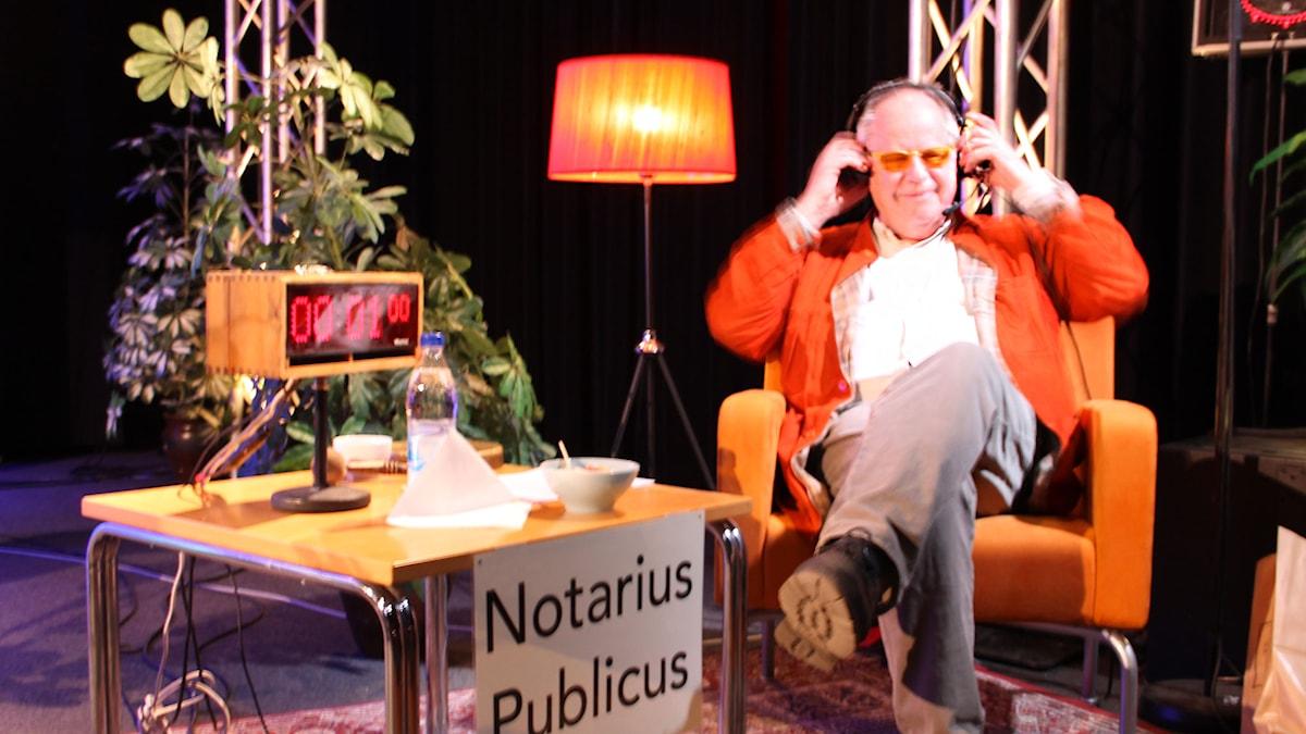 Helge Skoog är Notarius Publicus i På minuten 2015.