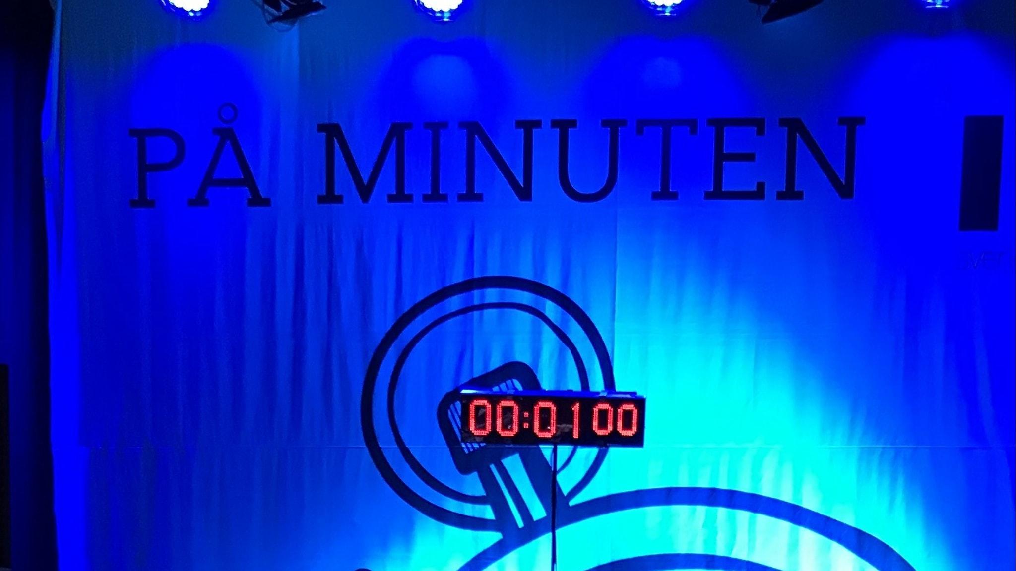 På minuten.