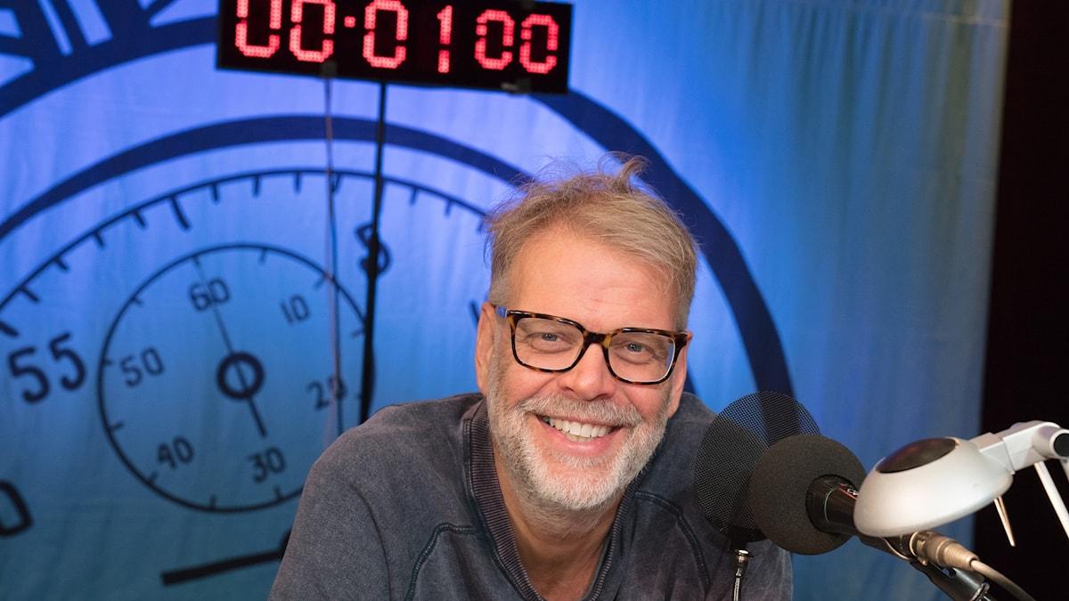 Programledaren  Hans Rosenfeldt i På minuten-studion.
