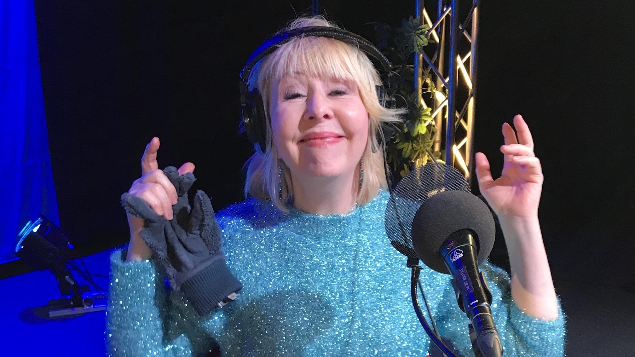 Pia Johansson gör en glad min i turkos glittertröja.