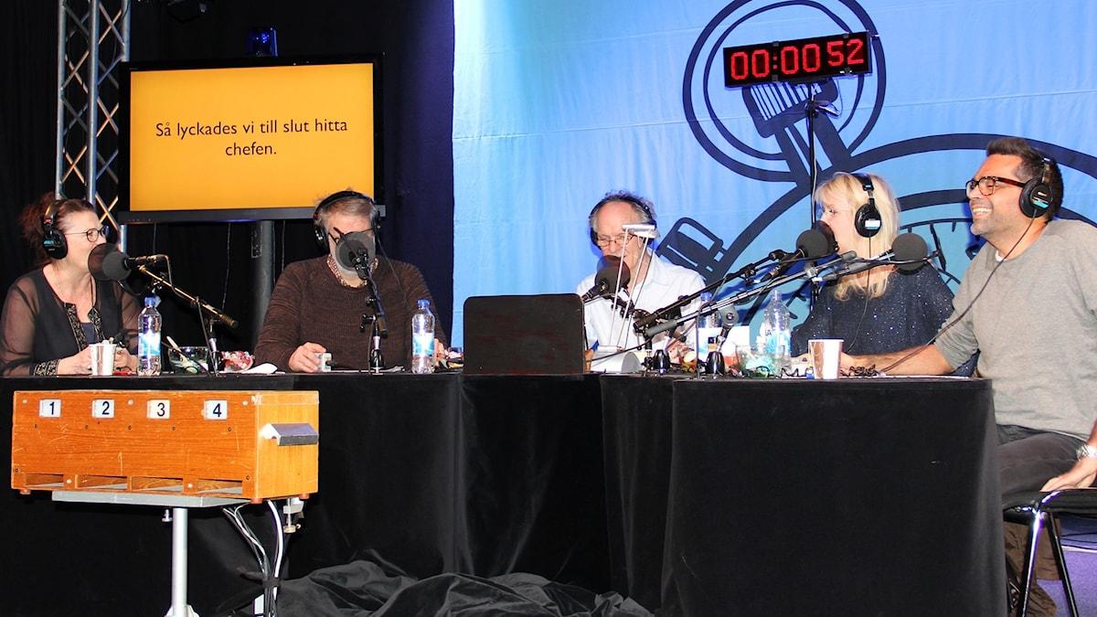 På minuten med Ingvar Storm och en glad panel.