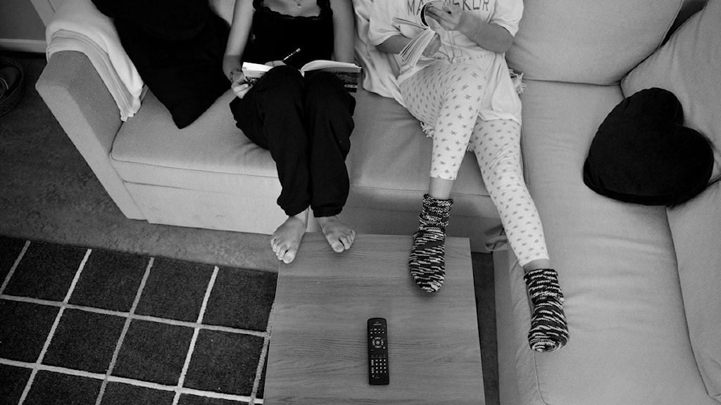 Två tjejer sitter i en soffa