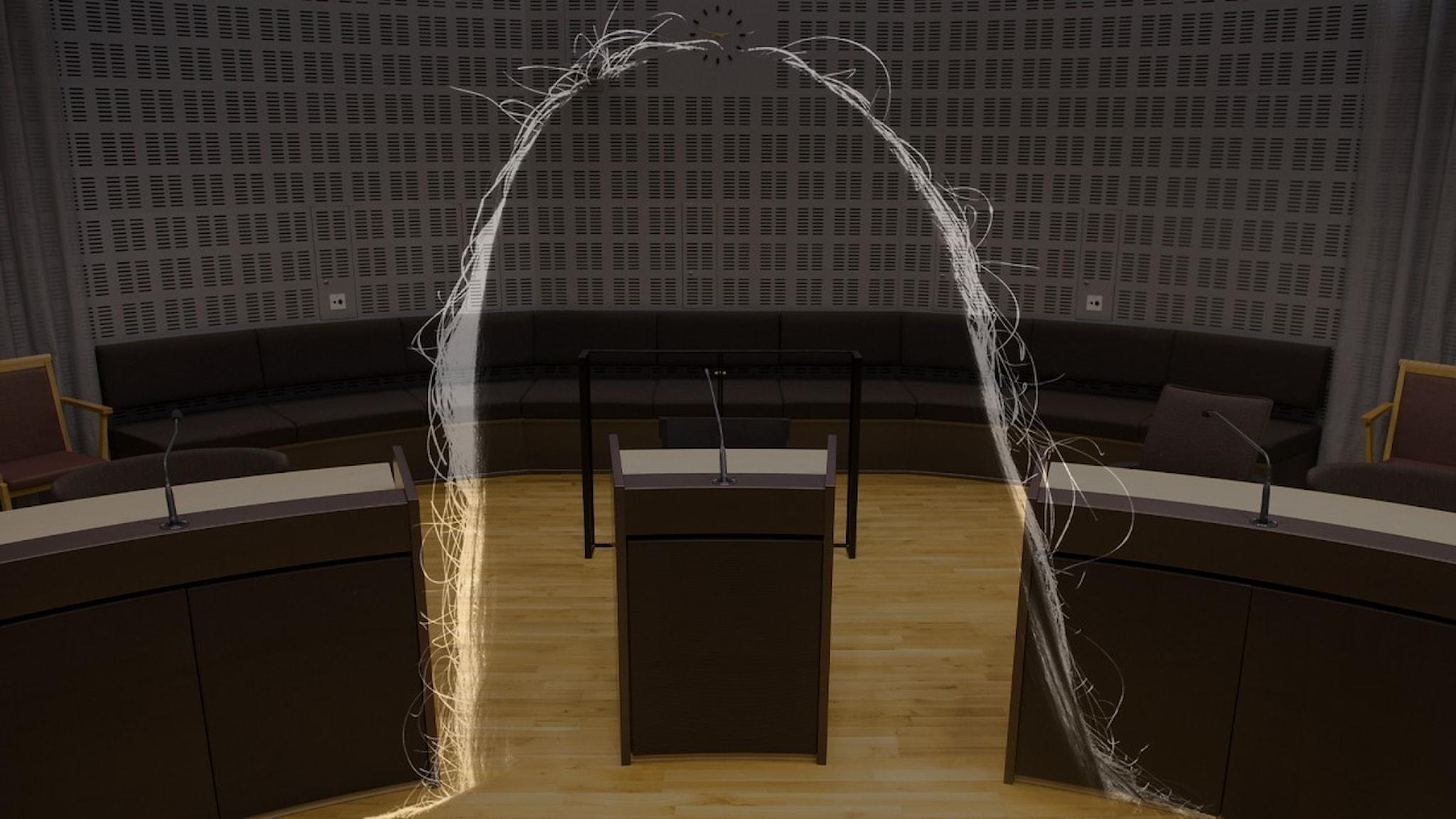 Bild på anonym skugga från kvinna i rättegångssal.