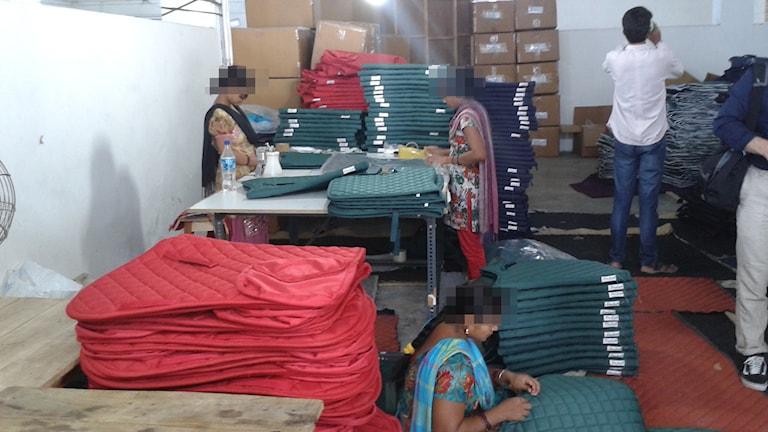 Textilarbetare i fabrik i Kanpur, Indien