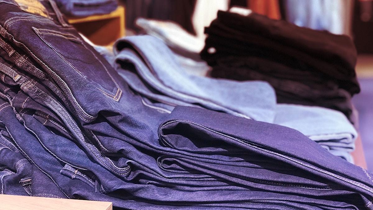 Jeans i stapel i butik.