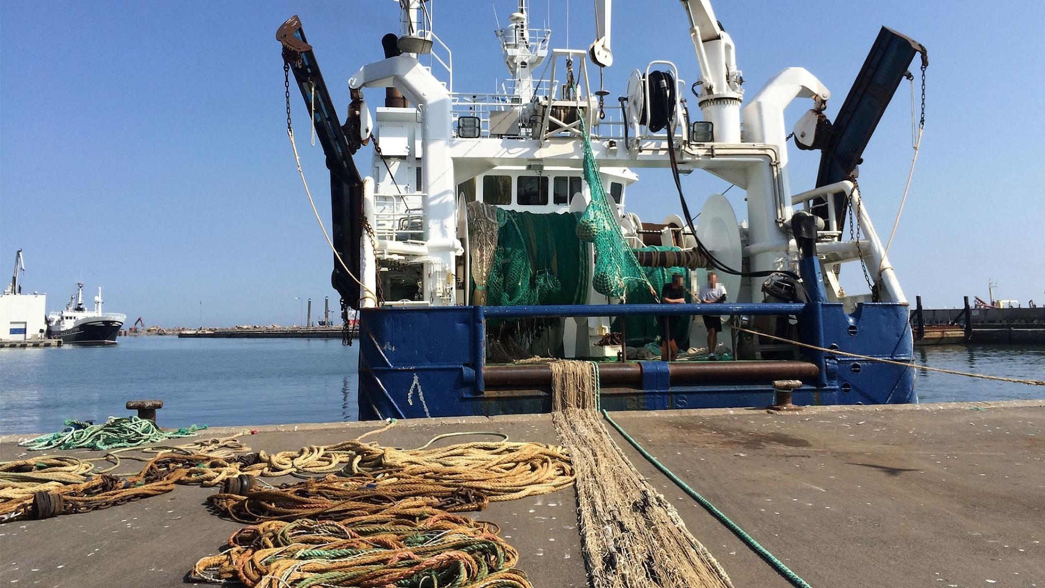Bild på fiskebåt i hamn.