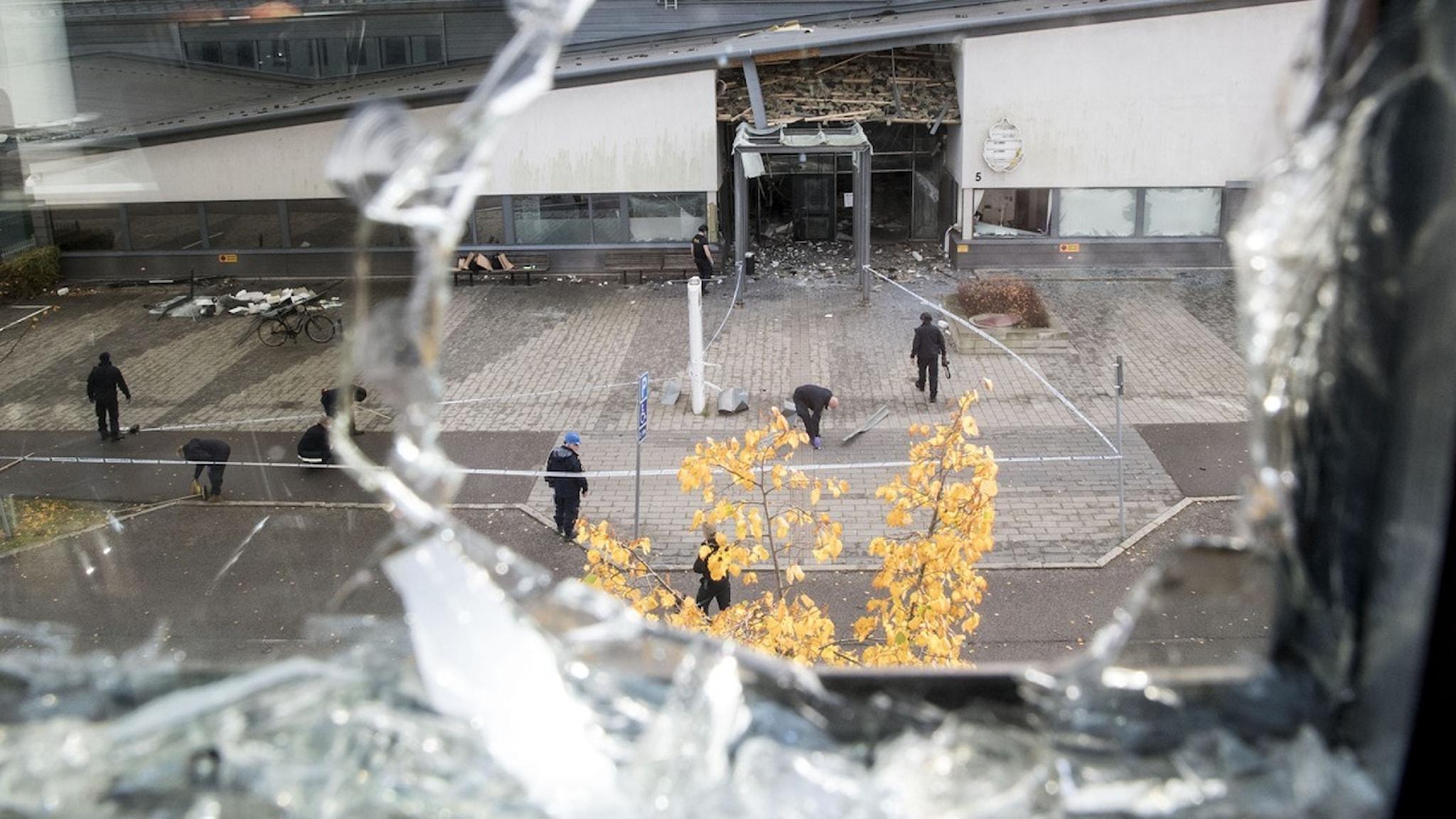 Bild på sprängd dörr till polishus i Helsingborg