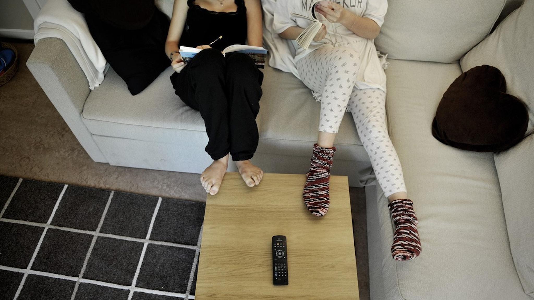 Två tjejer i en soffa
