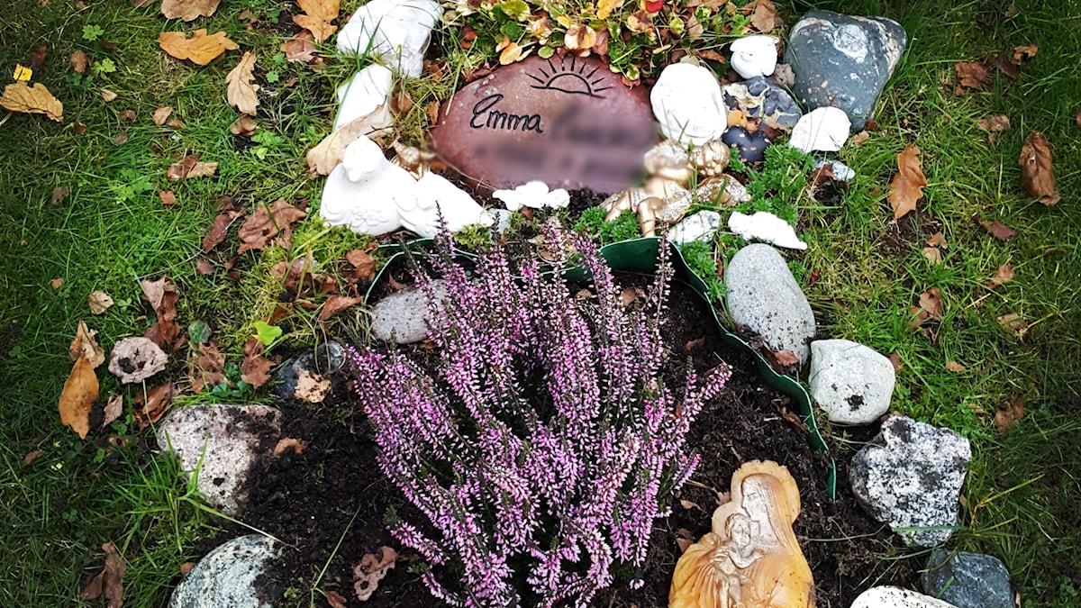 En grav där namnet Emma står skrivet