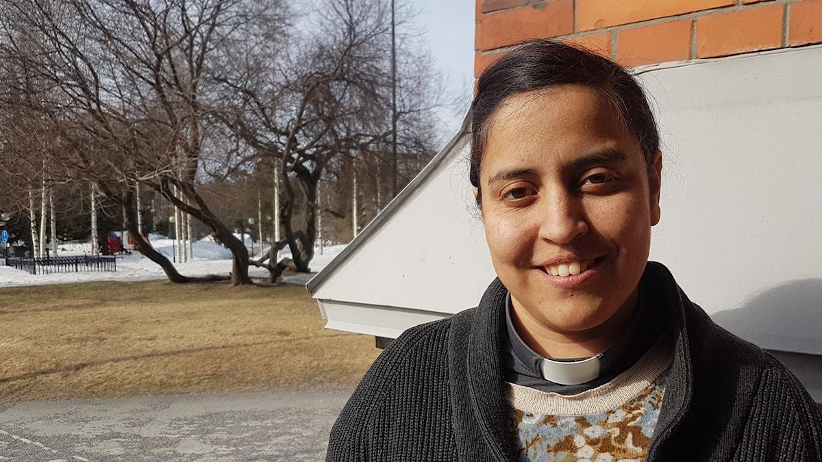 Luisa Landewall vid ingången till Luleå domkyrka.