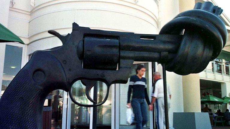 Non-Violence, är en skulptur av Carl Fredrik Reuterswärd. Foto: Obed Silwa/TT/AP.
