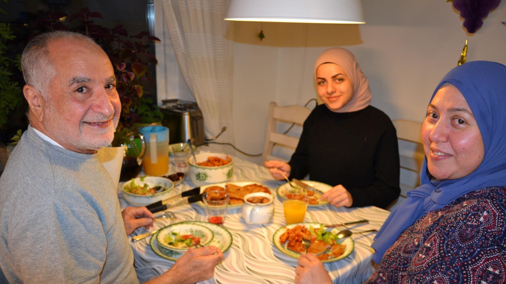 En muslimsk familj vid ett dukat bord