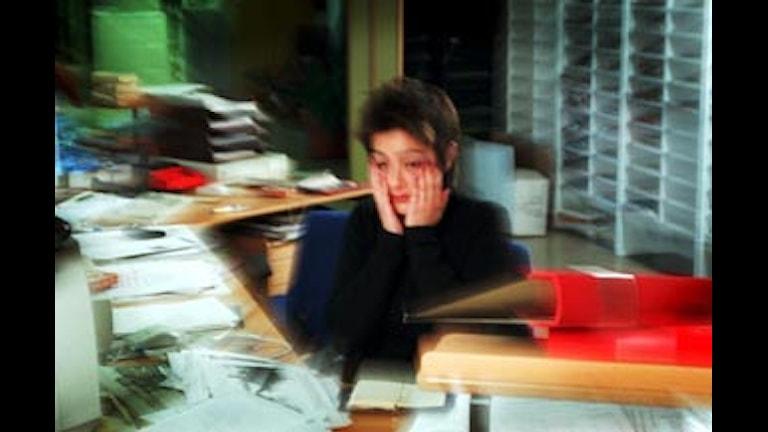 Stressad ung kvinna håller förtvivlat sina händer för ansiktet. Foto: Anders Wiklund/SCANPIX
